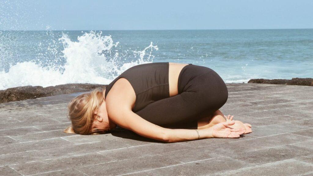 posturas de yoga para dos durante la menstruación