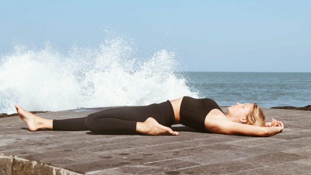 descubre los beneficios de hacer el pino y de posiciones de yoga como adomuka