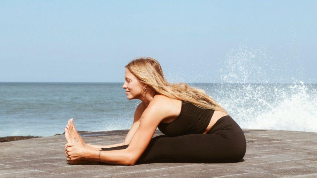 poses de yoga para aliviar el dolor de la regla