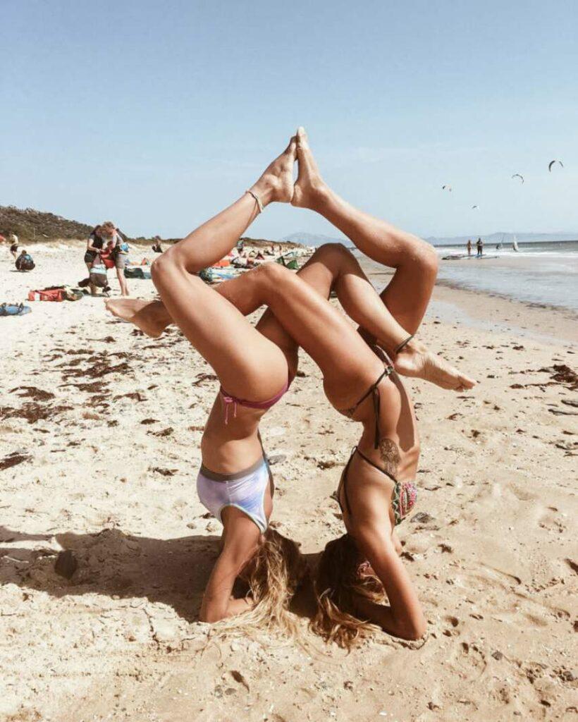 practica posturas de yoga para parejas