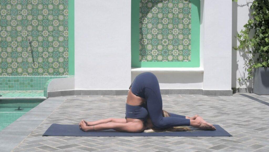 descubre distintos tipos de invertidas en yoga: la vela