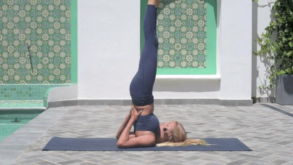 cómo hacer la postura de la vela en yoga sin hacerte daño en la espalda