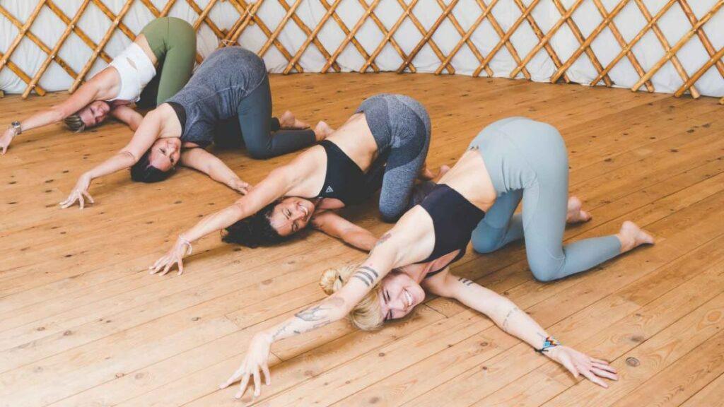 imagenes de posturas de yoga para soltar emociones