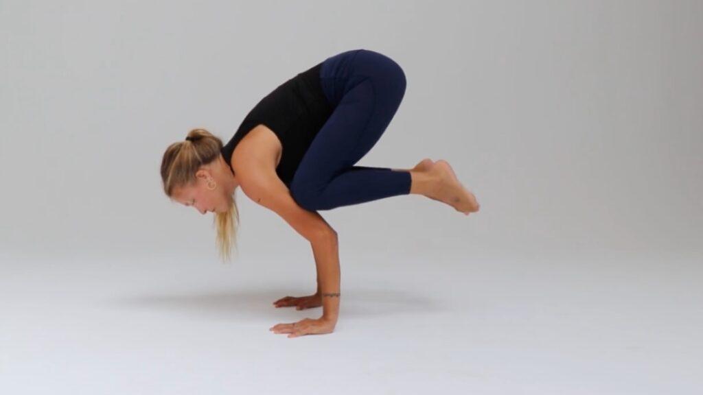 consejos para llegar a hacer el pino con los antebrazos en yoga o posición de trípode