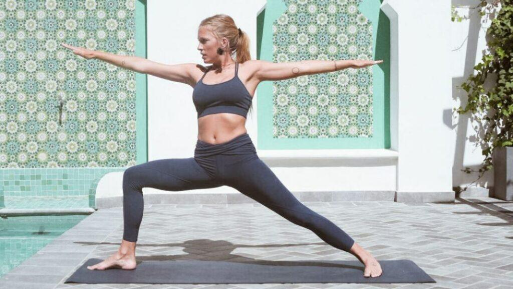 descubre las posturas del saludo al sol en yoga