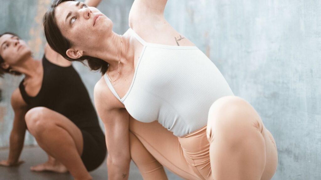 cómo hacer yoga sin profesor si eres principiante: consejos y claves