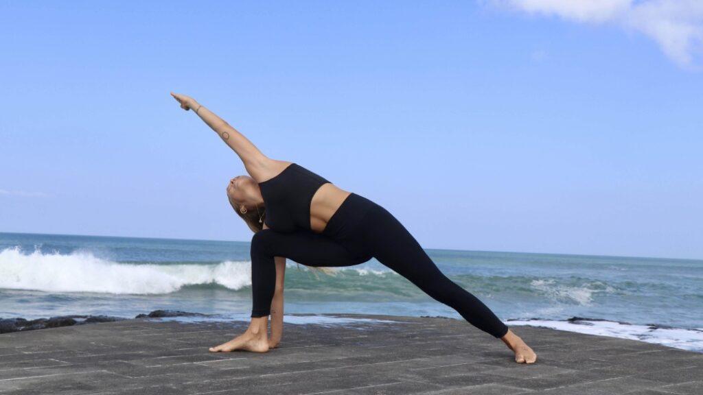 beneficios físicos y mentales de practicar utthita parsvakonasana