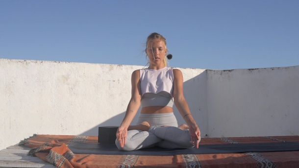 Posturas de meditacion. Padmasana, loto. Sukhasana, virasana-small