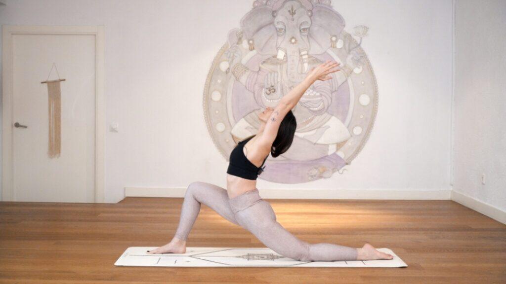 alinea el cuerpo con la asana de la luna creciente en yoga