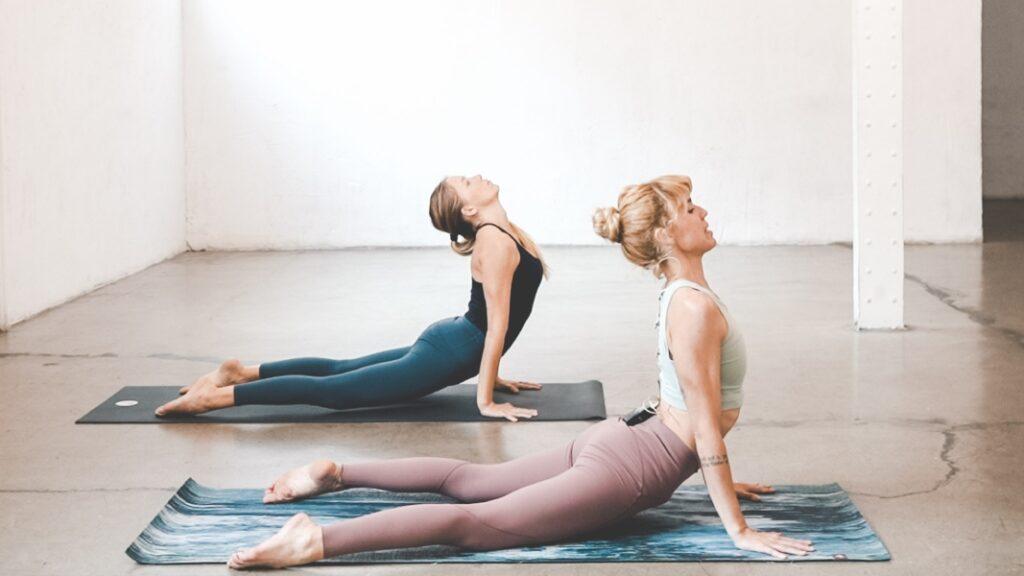 todos los beneficios de practicar urdhva mukha svanasana en yoga