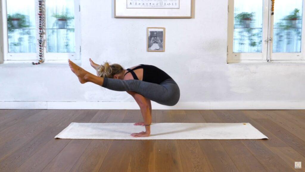 practica el balance de brazos con posturas de ashtanga