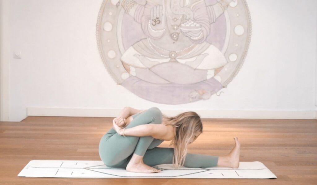 incluir en tu práctica de yoga la postura marichyasana a