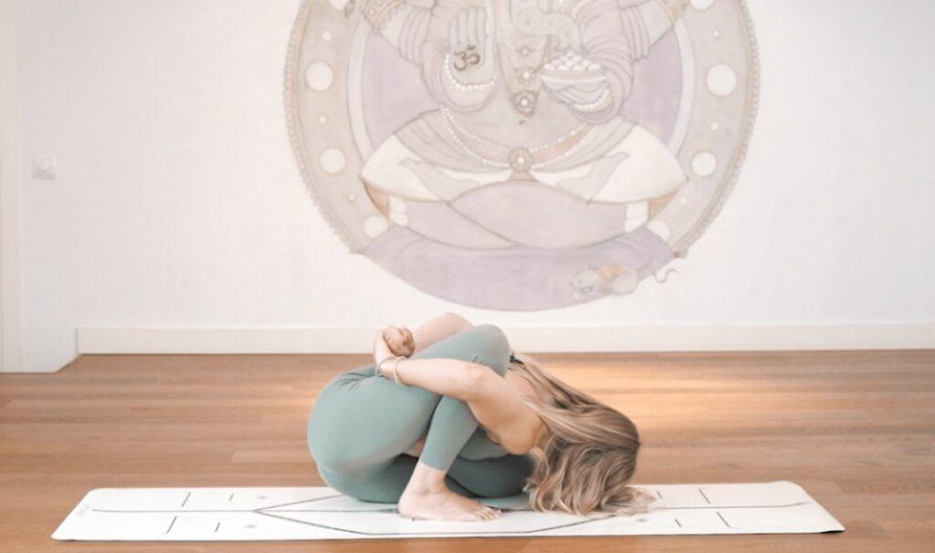 practica las flexiones en yoga