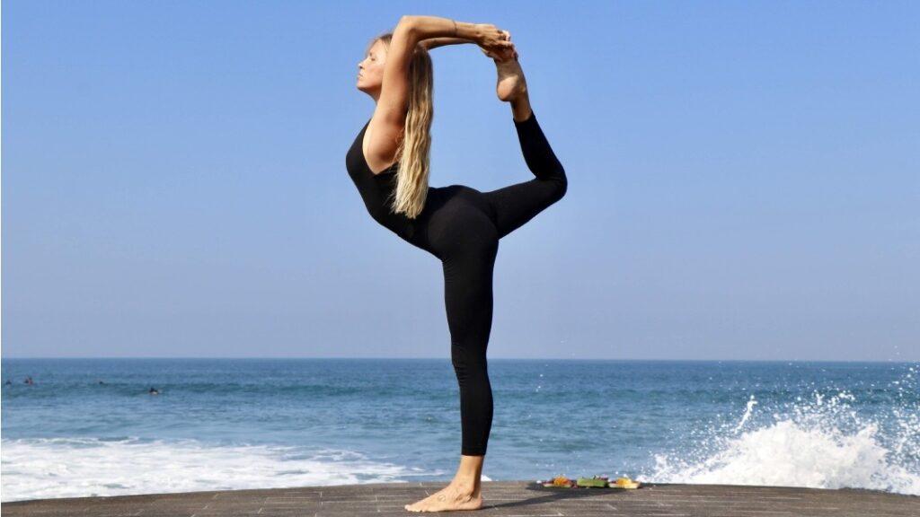 aprende a hacer la postura del bailarín en hatha yoga