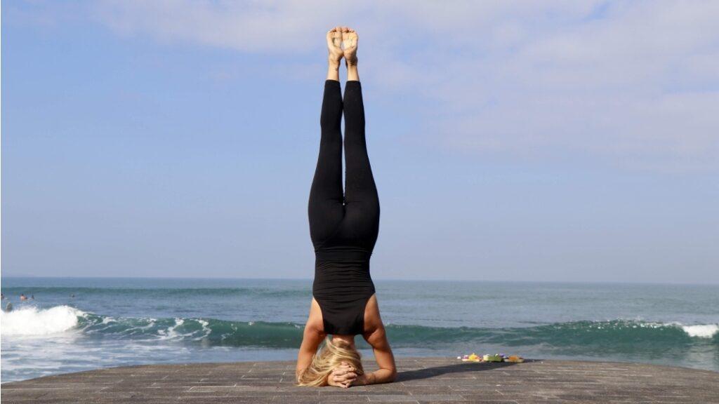 descubre todos los beneficios de las invertidas: la postura sobre la cabeza