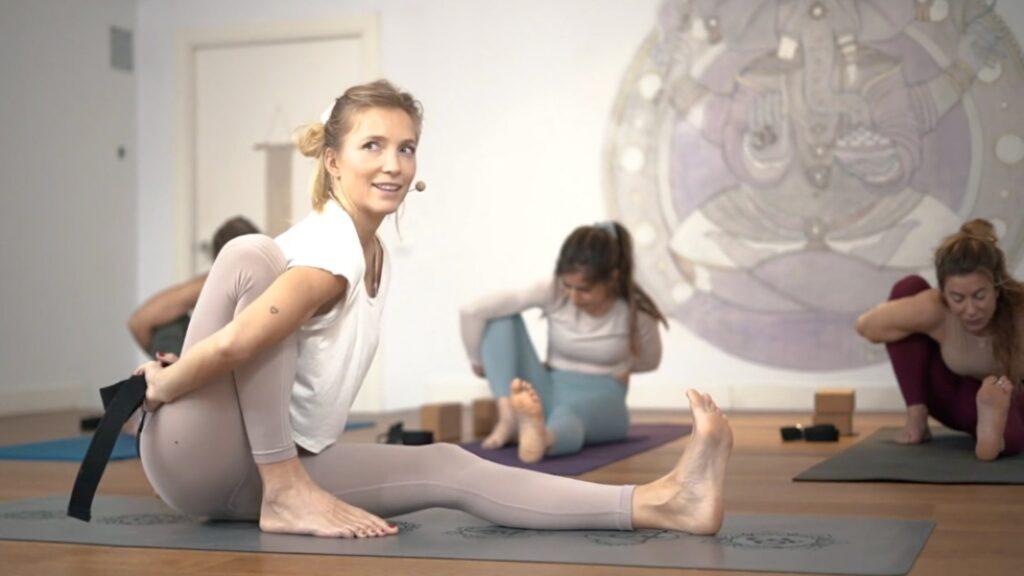 relajar la mente y estirar la columna vertebral, beneficios de las posturas de torsión