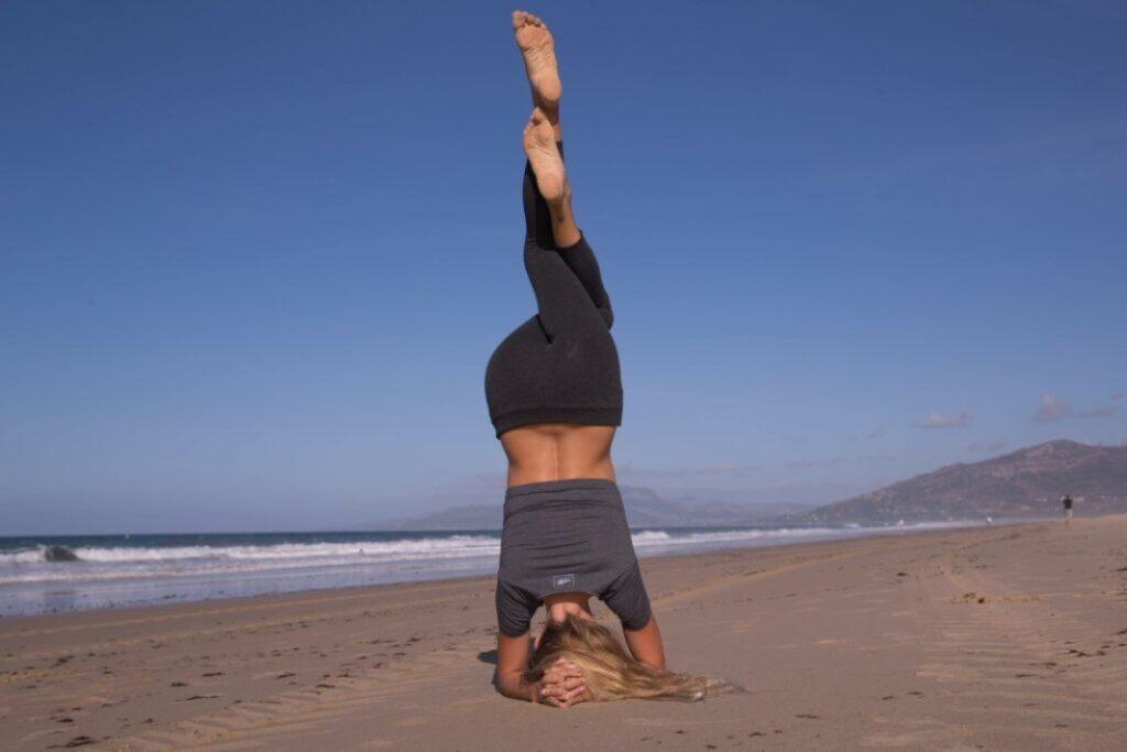 practica sivananda con posturas invertidas