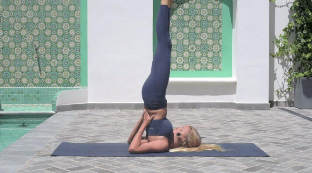 posturas sobre los hombros en sivananda yoga
