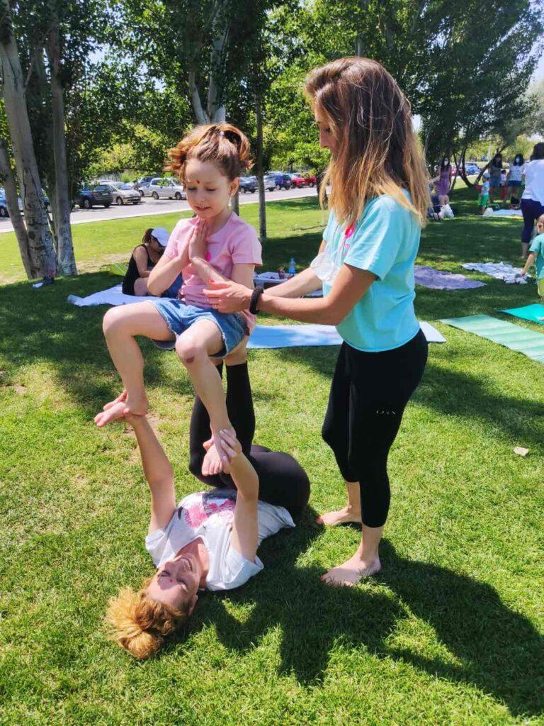 posturas de yoga con niños