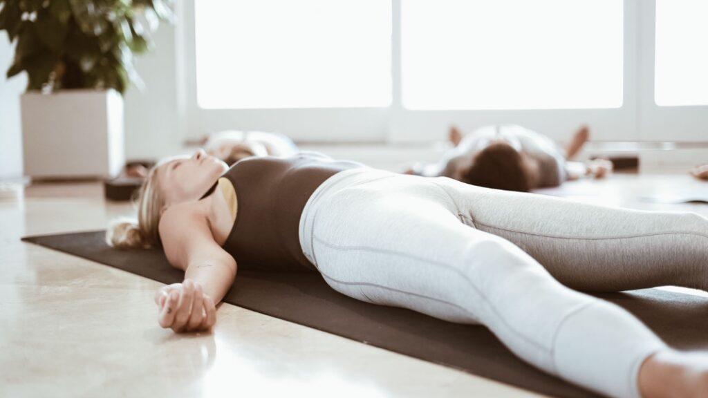practica yoga restaurativo online