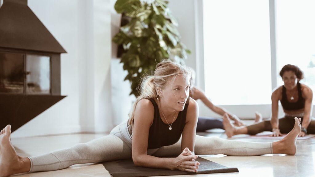 practica yoga para relajar el cuerpo