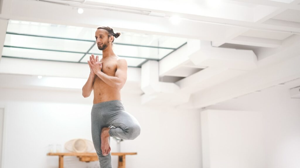 ejercicios de yoga para principiantes en theclassyoga