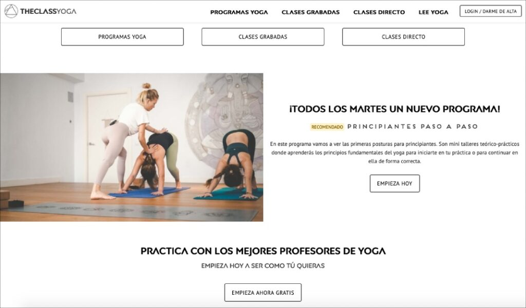 practicantes de yoga en theclassyoga haciendo posturas de yoga individuales y en grupo