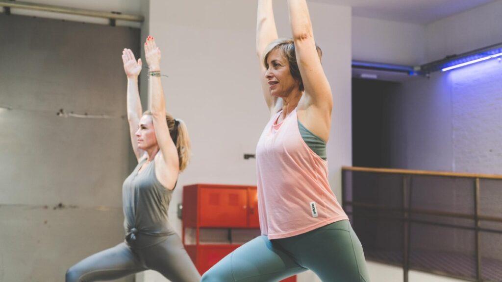 poses de yoga y ejercicios de yoga para abrir las caderas y tonificar el cuerpo