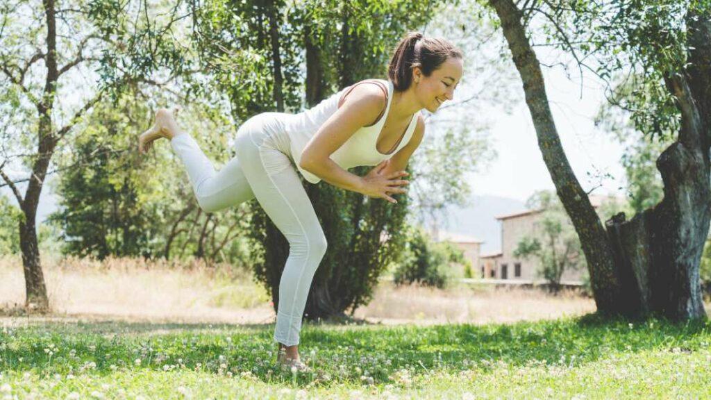 si conoces hatha yoga, prueba a practicar yoga nidra: posturas para dormir mejor