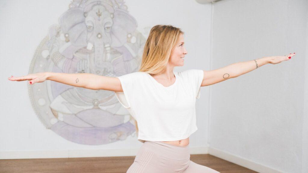 Aprende a hacer poses de yoga para dos en las clases de yoga para principiantes