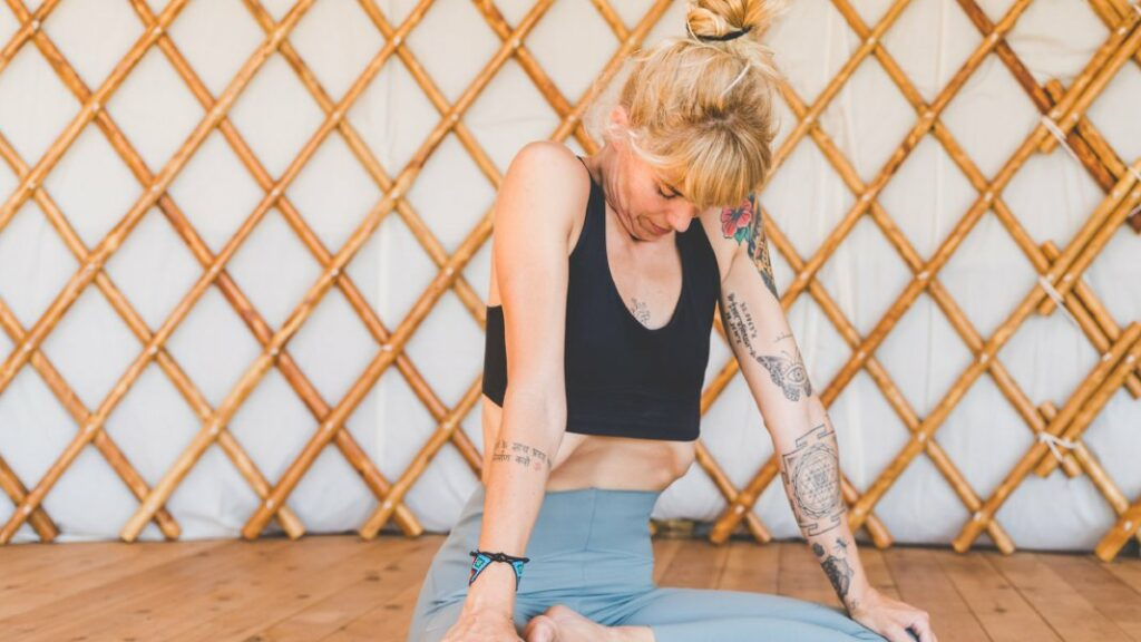 posturas y posiciones de yoga para principiantes para notar todos los beneficios del yoga para adelgazar
