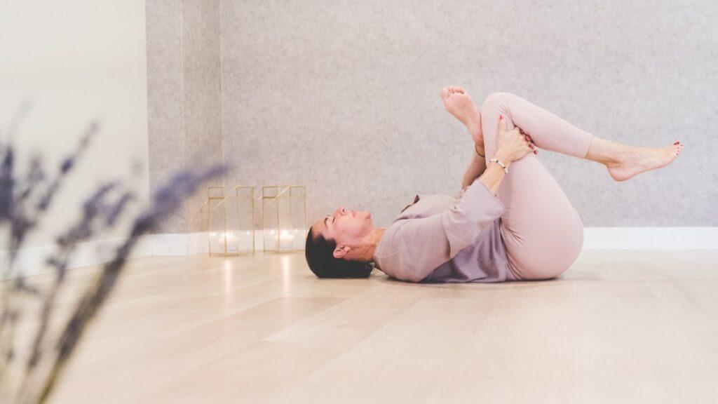 tabla de ejercicios con posturas de yoga para dos personas