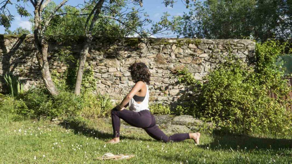 aprende qué significa anusara yoga y empieza a hacer yoga