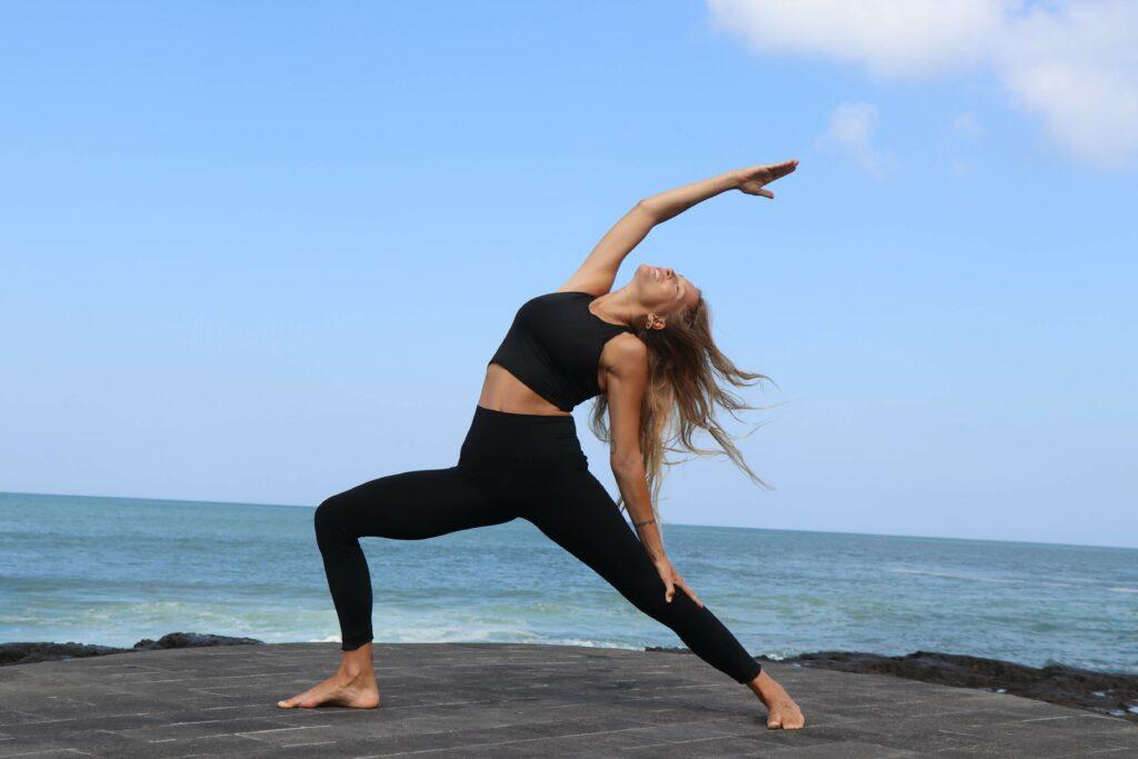 si ya has probado las asanas de equilibrio de brazos, prueba con una de las primeras de yoga