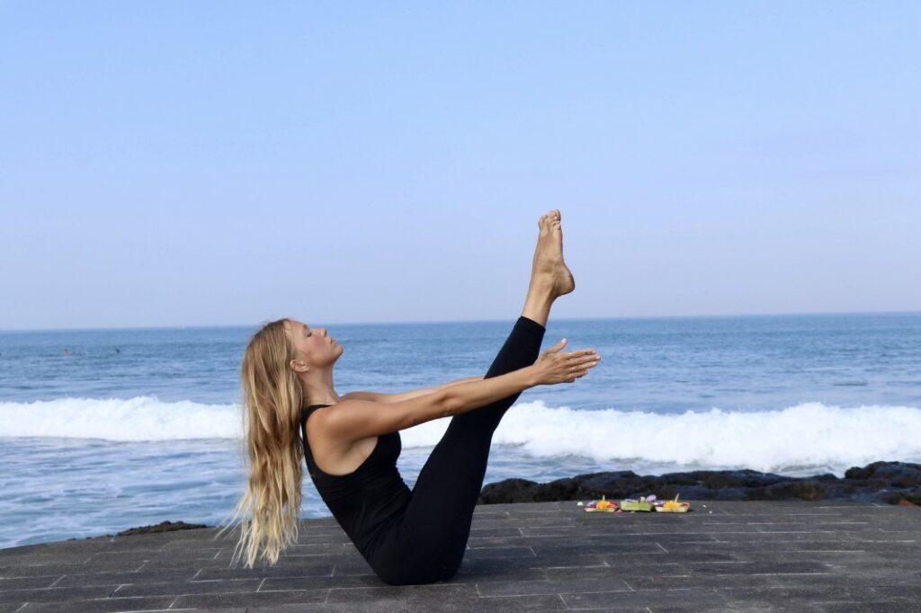 variantes de navasana en yoga como ardha paripurna navasana